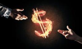 Concetto di soldi che fa con il simbolo di fuoco di valuta del dollaro sul buio Immagini Stock