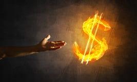 Concetto di soldi che fa con il simbolo di fuoco di valuta del dollaro sul fondo scuro Fotografia Stock