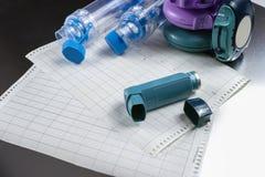 Concetto di sollievo di asma, inalatori di salbutamolo, farmaco e carta Fotografie Stock