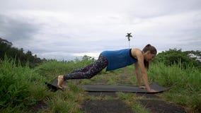 Concetto di sport Donna di forma fisica che fa gli esercizi dinamici della plancia stock footage