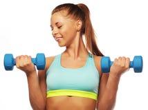 Concetto di sport, di forma fisica e della gente: Donna nell'uso delle apparecchiature di sport con i pesi della mano isolati su  fotografia stock libera da diritti