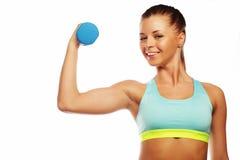 Concetto di sport, di forma fisica e della gente: Donna nell'uso delle apparecchiature di sport con i pesi della mano isolati su  immagine stock libera da diritti