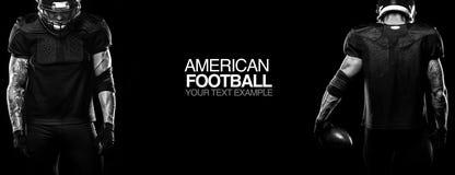 Concetto di sport Giocatore dello sportivo di football americano su fondo nero con lo spazio della copia Concetto di sport fotografia stock