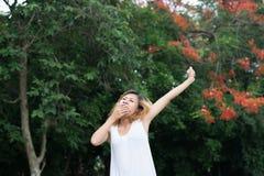 Concetto di stile di vita delle donne: Bello giovane allungamento asiatico della donna Fotografia Stock Libera da Diritti