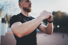 Concetto di stile di vita di allenamento Il giovane che allunga il suo braccio muscles prima della formazione Atleta muscolare ch Fotografia Stock