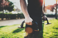 Concetto di stile di vita di allenamento Il giovane che allunga il suo braccio muscles prima della formazione Atleta muscolare ch Immagini Stock