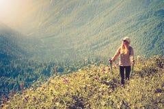 Concetto di stile di vita di viaggio di alpinismo del viaggiatore della donna Fotografia Stock Libera da Diritti