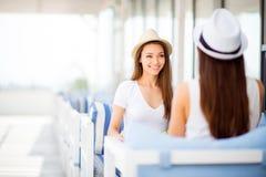 Concetto di stile di vita, di amicizia e di estate - le ragazze felici sono Fotografia Stock Libera da Diritti