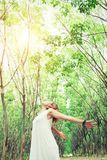 Concetto di stile di vita delle donne: giovane allungamento asiatico della donna le sue mani dentro Fotografie Stock Libere da Diritti