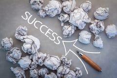 Concetto di successo di affari con la carta e la freccia dei rifiuti con la matita Immagini Stock