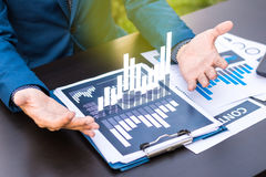 Concetto di successo di statistiche d'impresa: fina di analisi dei dati dell'uomo d'affari fotografia stock