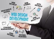 Concetto di sviluppo e di web design, giovane che tiene una compressa c Fotografia Stock Libera da Diritti