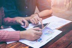 Concetto di Team Brainstorming Data Target Financial di affari, colleghi dell'investitore che discutono nuovo piano immagini stock libere da diritti
