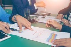 Concetto di Team Brainstorming Data Target Financial di affari, colleghi dell'investitore che discutono nuovo piano immagine stock