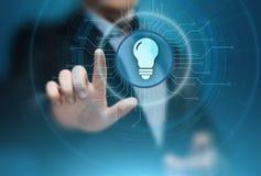 Concetto di tecnologia di affari della soluzione dell'innovazione della lampadina fotografie stock libere da diritti