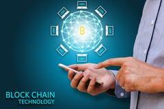 Concetto di tecnologia di Blockchain, smartphone della tenuta dell'uomo d'affari fotografia stock libera da diritti