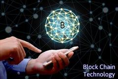 Concetto di tecnologia di Blockchain, smartphone della tenuta dell'uomo d'affari immagini stock