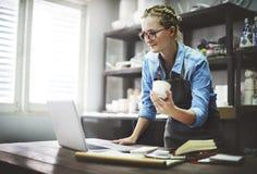 Concetto di tecnologia di Browsing Laptop Connection dell'artigiano immagine stock
