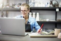Concetto di tecnologia di Browsing Laptop Connection dell'artigiano fotografia stock libera da diritti