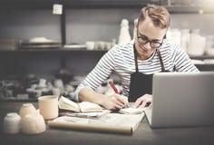 Concetto di tecnologia di Browsing Laptop Connection dell'artigiano fotografie stock