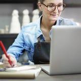 Concetto di tecnologia di Browsing Laptop Connection dell'artigiano fotografia stock