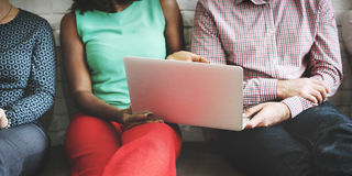 Concetto di tecnologia di discussione del computer portatile del collegamento degli amici Immagini Stock