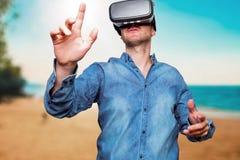 Concetto di tecnologia, di gioco, di spettacolo e della gente Wearin dell'uomo Fotografia Stock