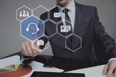Concetto di tecnologia, di Internet e della rete - bottone di servizio di pressatura dell'uomo d'affari sugli schermi virtuali Immagini Stock Libere da Diritti