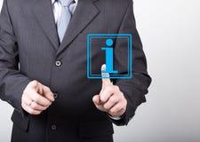 Concetto di tecnologia, di Internet e della rete - l'uomo d'affari preme il bottone di informazioni sugli schermi virtuali Intern immagini stock