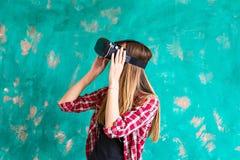 Concetto di tecnologia, di realtà virtuale, di spettacolo e della gente - donna con la cuffia avricolare del vr che gioca gioco Immagini Stock Libere da Diritti
