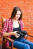 Concetto di tecnologia, di realtà virtuale, di spettacolo e della gente - donna con la cuffia avricolare del vr che gioca gioco Immagini Stock