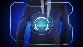 Concetto di tecnologia - l'uomo d'affari che preme le cuffie si abbottona sugli schermi virtuali stock footage