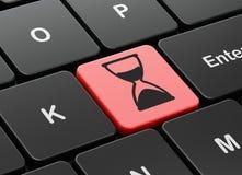 Concetto di tempo: Clessidra sulla tastiera di computer Immagini Stock Libere da Diritti