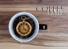 Concetto di tempo del caffè - guardi il o'clock interno della tazza 4 Immagini Stock Libere da Diritti