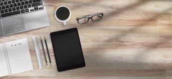 Concetto di tempo del caffè per l'insegna, tavola moderna della scrivania con i rifornimenti con lo spazio della copia della cola immagini stock libere da diritti