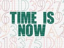Concetto di tempo: Il tempo è ora sul fondo della parete Immagini Stock Libere da Diritti