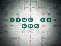 Concetto di tempo: Il tempo è ora sulla carta di Digital Immagine Stock