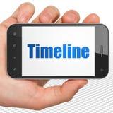Concetto di tempo: Mano che tiene Smartphone con la cronologia su esposizione Fotografie Stock