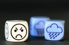 Concetto di tempo piovoso triste - l'emoticon ed il tempo tagliano su blac Fotografia Stock