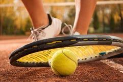 Concetto di tennis con i piedi della palla, del reticolato, della racchetta e della donna Immagine Stock Libera da Diritti
