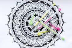 Concetto di terapia, di salute mentale, di creatività e di consapevolezza di arte La pagina adulta di coloritura con pastello ha  immagini stock