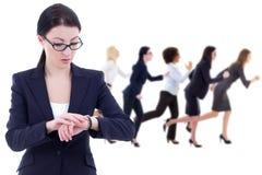 Concetto di termine - il giovane capo della donna di affari controlla il tempo sui wris Fotografie Stock