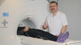 Concetto di tomografia di computer Concetto di salute La persona ottiene esplorata dall'analizzatore di imaging a risonanza magne stock footage