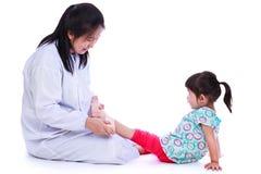 Concetto di trattamento medico di trauma del bambino Isolato su bianco Immagini Stock
