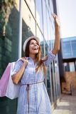 concetto di turismo e di acquisto Il giovane Oman felice con i sacchetti della spesa fotografia stock