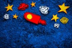Concetto di turismo spaziale Razzo o astronave tirato vicino alle stelle, pianeti, asteroidi sullo spazio blu della copia di vist Immagini Stock Libere da Diritti