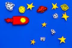 Concetto di turismo spaziale Razzo o astronave tirato vicino alle stelle, pianeti, asteroidi sullo spazio blu della copia di vist Immagine Stock