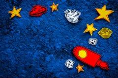Concetto di turismo spaziale Razzo o astronave tirato vicino alle stelle, pianeti, asteroidi sullo spazio blu della copia di vist Immagini Stock