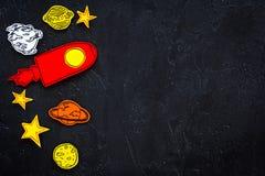 Concetto di turismo spaziale Razzo o astronave tirato vicino alle stelle, pianeti, asteroidi sullo spazio nero della copia di vis Fotografie Stock Libere da Diritti