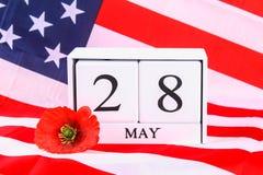 Concetto di U.S.A. Memorial Day con il calendario ed il papavero rosso di ricordo sulla bandiera americana di stelle e strisce Fotografia Stock Libera da Diritti